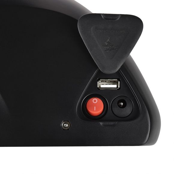 бутон за включване и изход за зареждане на телефон