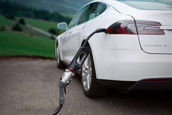 зареждане на американска Tesla от Chademo